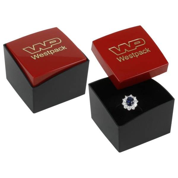 Copenhagen sieradendoosje voor ring Glanzend rood/ Mat zwart kunststof/ Zwart foam 43 x 43 x 32
