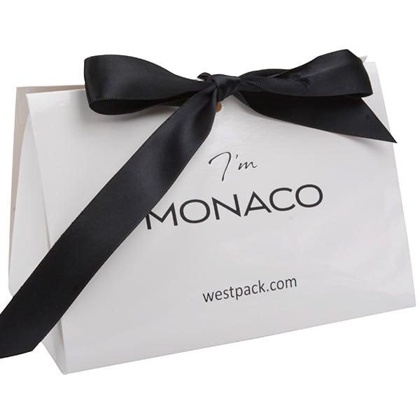 Monaco Boîte cadeau avec poignée satin Carton blanc brilliant / Poignées en satin noir 160 x 110 x 90