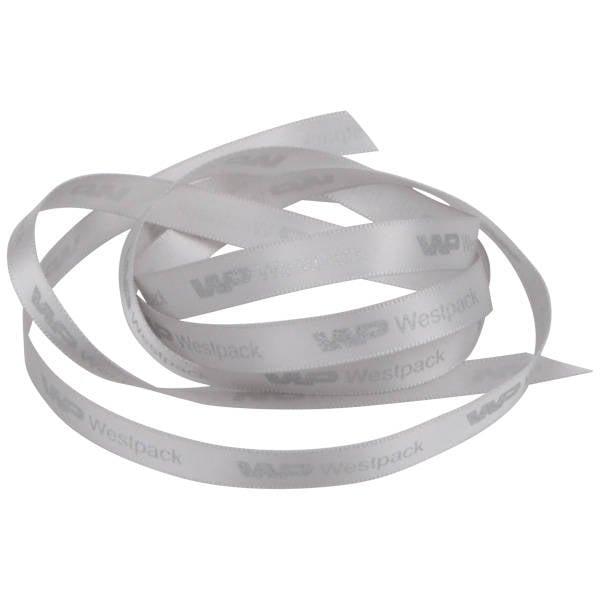 Smal Satijnlint met gladde logobedrukking Zilver  9 mm x 91,4 m