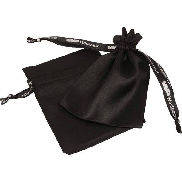 Satijnzakje met logobedrukking op lint, klein Zwart satijn 90 x 120