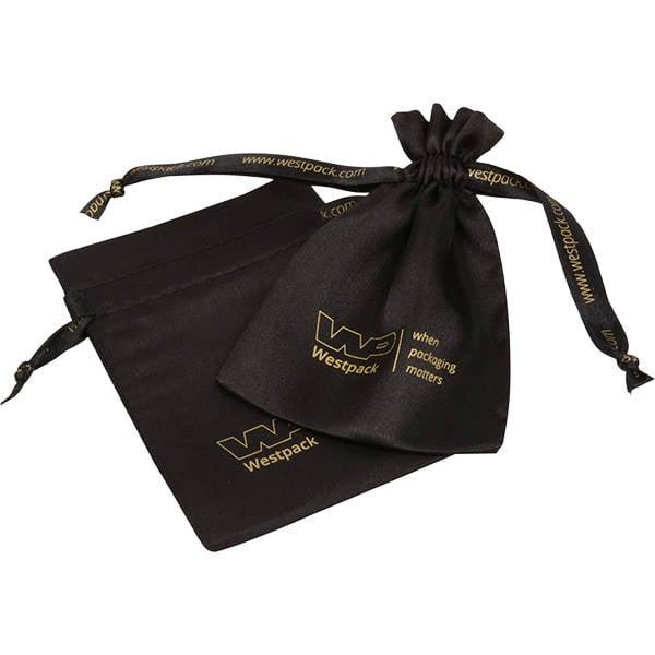 Satijnzakje met logo op lint en zakje, klein Zwart satijn 90 x 120