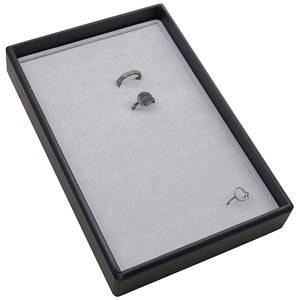 Mała kaseta na 28 pierścionków Czarna wkladka / jasno-szara gabka 156 x 235 x 32 Insert: 135,5x216x10mm