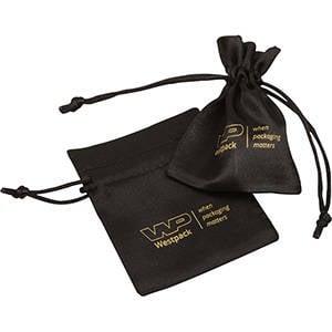 Satinpose med logotryk på pose, mini Sort satin 75 x 90