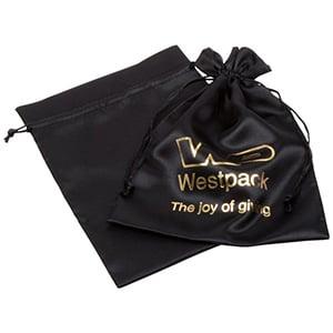 Satinpose med logotryk på pose, stor Sort satin 180 x 240