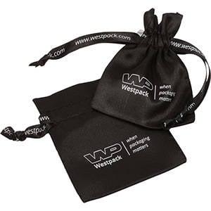 Satijnzakje met logo op lint en zakje, mini Zwart satijn 75 x 90