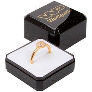 Storkøb -  Rio smykkeæske til ring Sort plastik med glitter / Hvid skumindsats 40 x 40 x 32